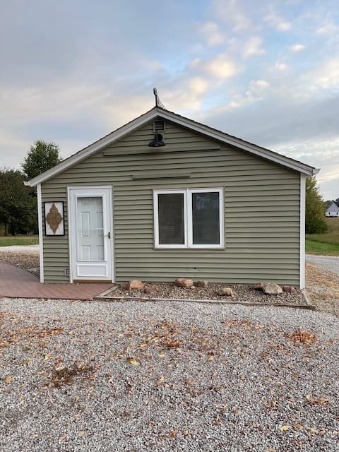 Adorable 1 room lake cottage with free parking.