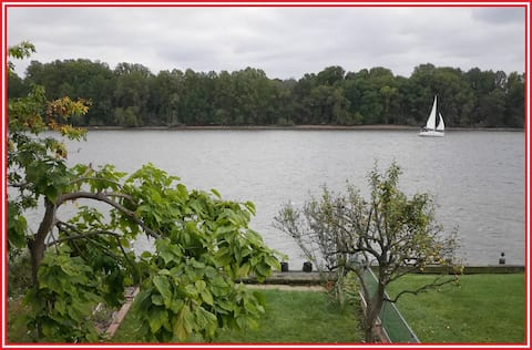 Waterfront Getaway, Private Deck. Walk to Town