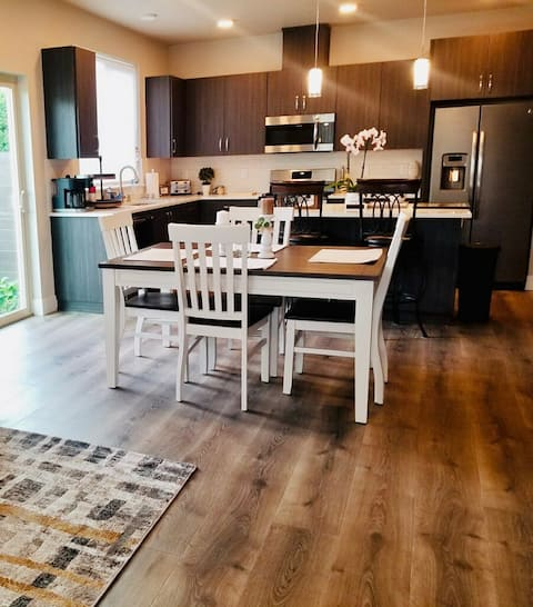 Upscale Troutdale Townhouse Near The Edge!