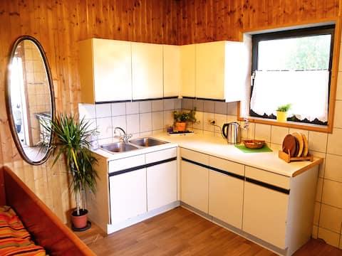 Útulná izba s vlastným kuchynským kútom