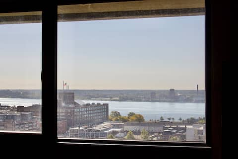 Riverfront 1-bedroom with Windsor views.