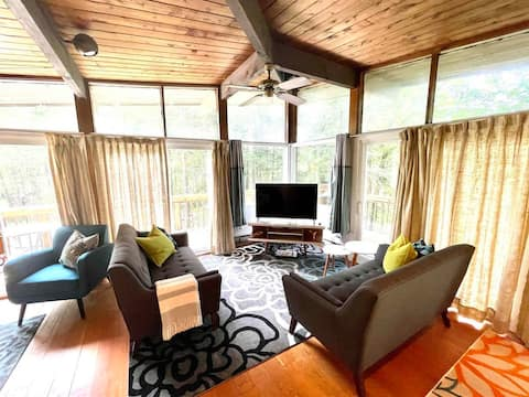 Cozy & Bright Chalet near Mt Snow ◌ over the moon