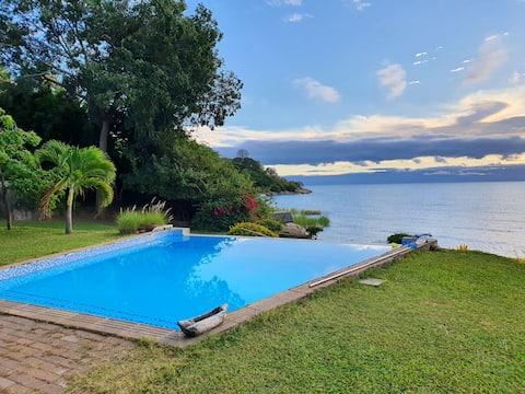 Casa de campo ao lado do lago alegre com piscina, Mangochi