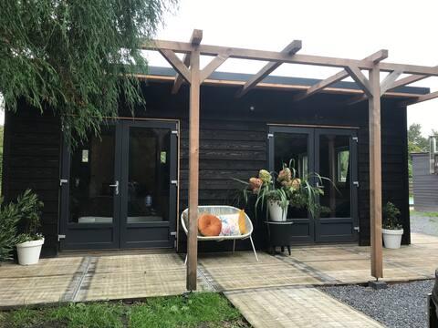 Stijlvol tuinhuis met hottub