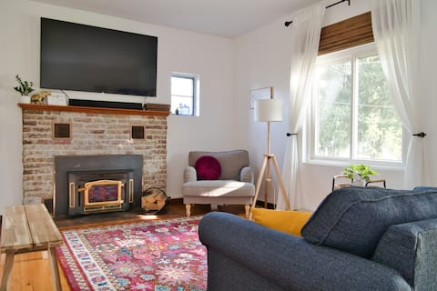 Eclectic Sapphire: A Cheerful 3-Bedroom Getaway