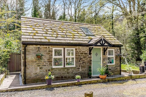 Luxury cottage nr Peak District, riverside setting