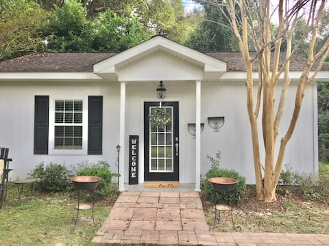 Adorable 1 bedroom guest house with pool