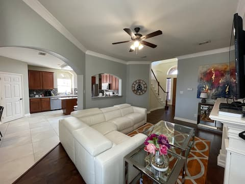 Cheerful 3-bedroom/2.5 bath residential home