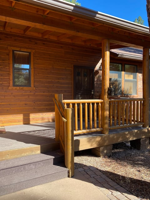 Cheerful 3 bed2bath cabin with fireplace & deck