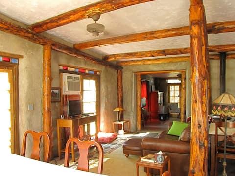 Charming 2 bedroom cottage, sleeps 4