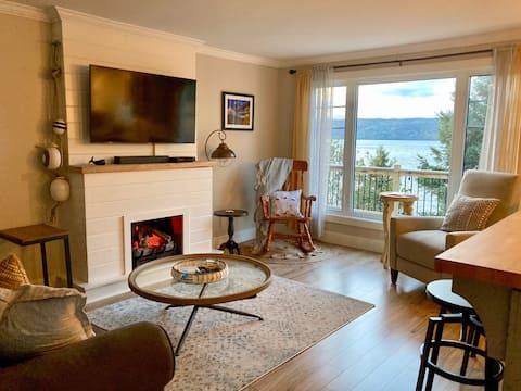 Cheerful Cottage w/Beach+Lake Views+Hot Tub+Kayaks