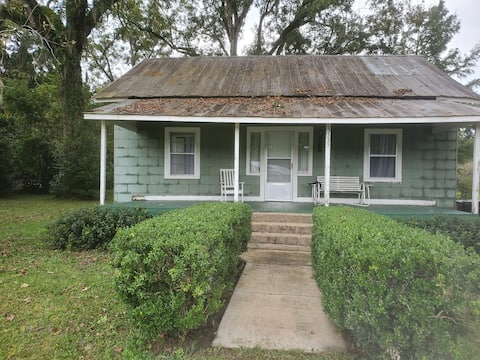 Quaint older home near Springs,  and Gator Games!