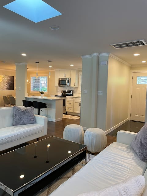 Cheerful & private 4 bedroom Shoreline home.