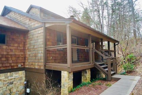 Entire 3 Bedroom Home in Rumbling Bald Resort