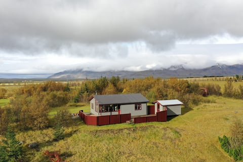 Cosy Cottage with Mountain view at Lake Eiðisvatn