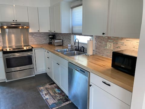 Cheerful 2 Bedroom House with off street parking