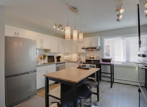 Modern & Cozy Large Contemporary Condo Suite  (#4)