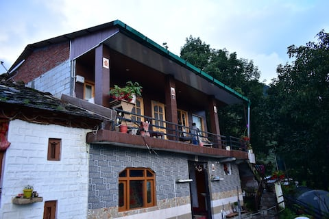 Vedika Homestay: Wooden rooms with friendly host