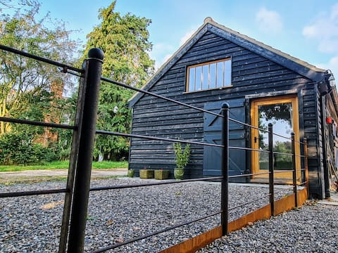 THE BARN ANNEXE: COUNTRYSIDE YET CLOSE TO BEACHES.