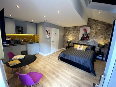 Modern 1 bed apartment with parking