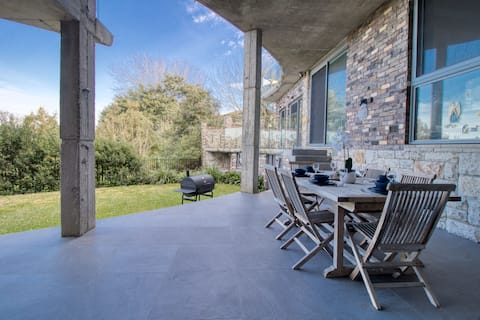 Large Contemporary 2BR in Great Location