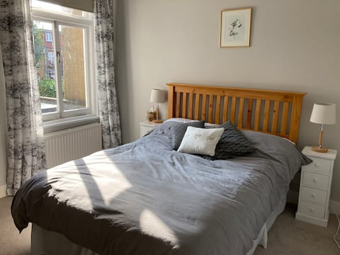 Twickenham-Bed and Breakfast with free parking.