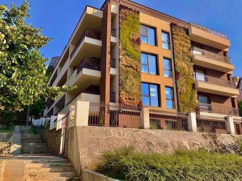 Lovely 2-bedroom unit with free secure parking