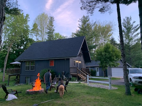 Cozy 3 Bedroom Cabin - Steps from Golf & Lakes