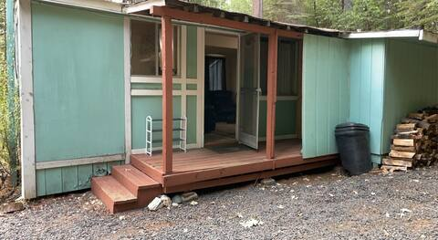 Adorable 1 bedroom located in the pines with stove