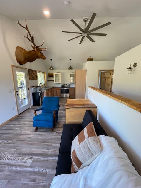 Driftless getaway close to Madison. Modern cabin!