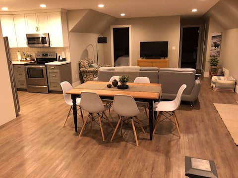 Bright and spacious 2 bedroom carriage house