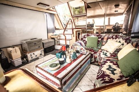 全海南仅此一艘在海边的船屋-位于土福湾-两室一厅-KTV、影院-0米海滩观日落-体验荒野生活、下午茶