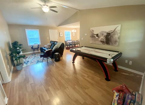 ★Quaint and cozy family-friendly home w/game room★