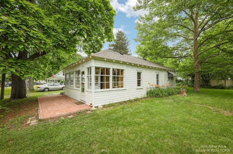 Charming Cottage in the heart of Portage Lake