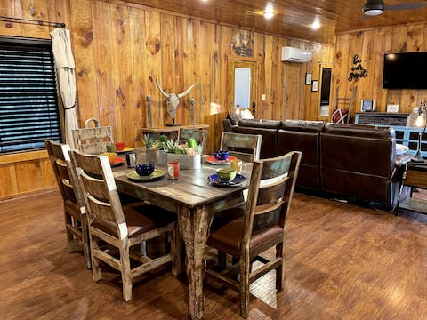 Cabin Oasis - Your Perfect Game Day Retreat