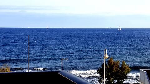Прекрасная квартира с видом на океан в 20 метрах от моря.