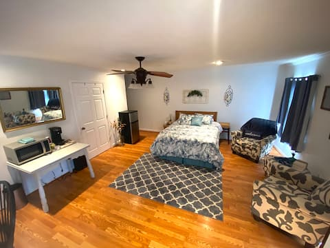 Cozy One-Bedroom Suite with Private Entrance