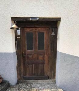 Porte d'entrée de la maison donnant accès sur le couloir avec le studio