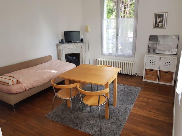 pièce N° 2 avec 1 lit en 120 cm  et table 3 chaises. Vue sur le jardin