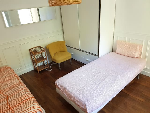 l'entrée du logement s'ouvre sur la chambre 1 avec 2 lits en 90 cm. La disposition peut être aménagé à votre convenance. Draps, couettes et couvertures fournies.