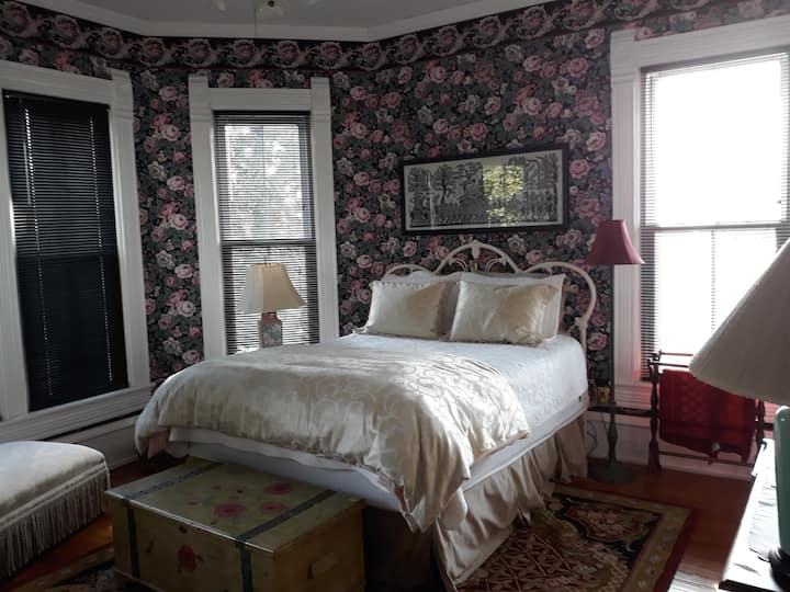 Charming Northshore upstairs room