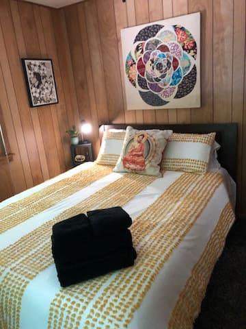 Queen 1st Floor - Dharma Room