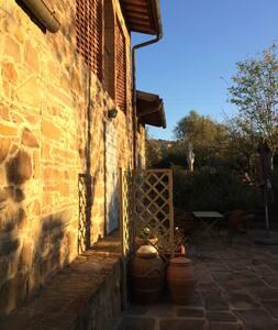 Luce sopra la porta che illumina porta di ingresso con tre scalini per accedere alla casa
