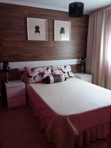 """Habitación N1 (violeta) """"Un ramo de peonías""""-  para dos personas, una cama de matrimonio. Está en la planta baja. Al lado hay un baño con ducha."""