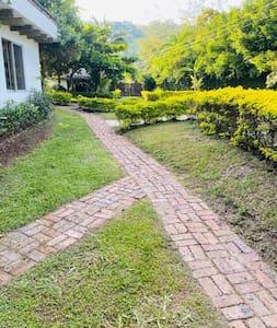 Caminos hasta la entrada a la casa