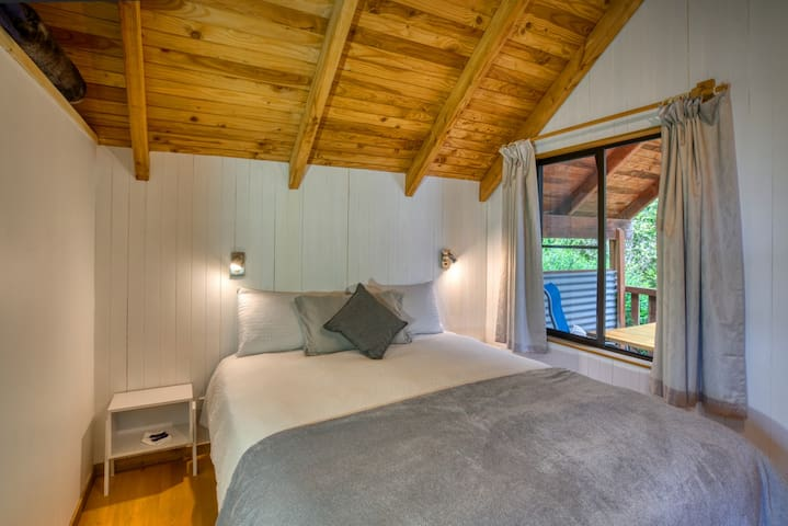 Bedroom with king size bed, lovely pillows, bathroom next door, view to the bush garden.  Very quiet except the bird song in the morning