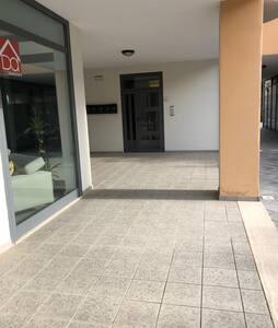 Accesso esterno piano e senza ostacoli largo più di 90 cm