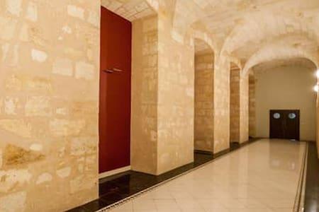 Jól megvilágított út vezet a bejárathoz