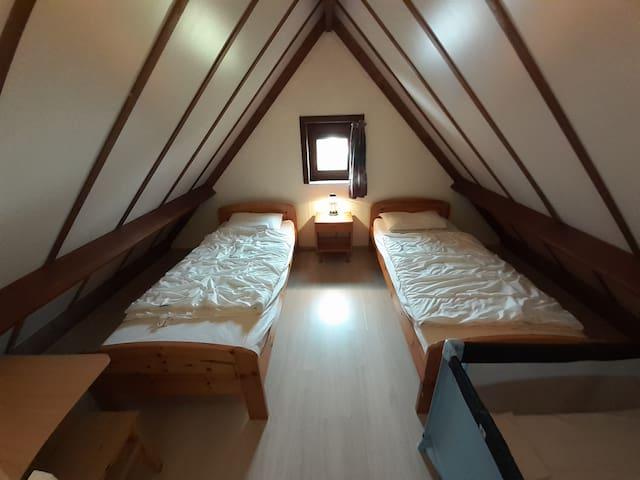1er étage - Chambre 3 - 2 Lits + Lit bebe