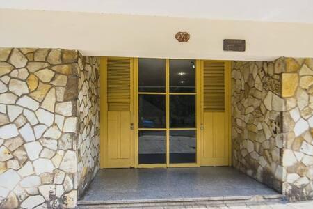 Entrada al Edificio donde se encuentra el Apartamento, no hay escalones , solamente un bordillo de 5 cm.